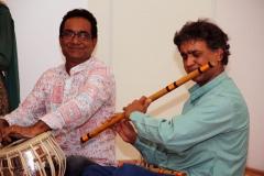 Indische Musiker spielen auf Tabla und Floete